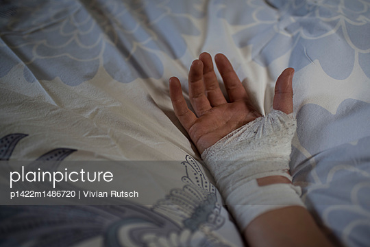 Verbundene Hand auf dem Bett - p1422m1486720 von Vivian Rutsch