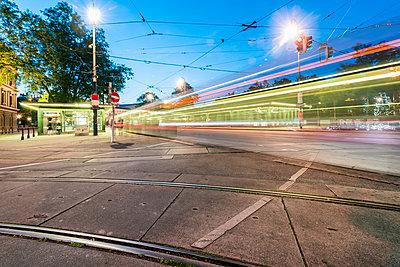 Straßenbahn Haltestelle in Wien bei Nacht - p1332m1539856 von Tamboly
