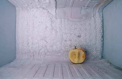Gefrorener, angebissener Apfel - p2200184 von Kai Jabs