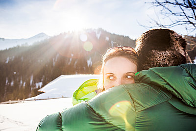 Couple cuddling in winter landscape, Achenkirch, Austria - p300m2206562 by Studio 27