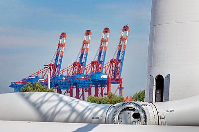Aufbau eines Windrades im Hamburger Hafen - p1099m1526249 von Sabine Vielmo
