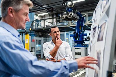 Deutschland, München, M47 und M41, Business, Industrie, Produktionshalle, Besprechung - p300m2242261 von Daniel Ingold