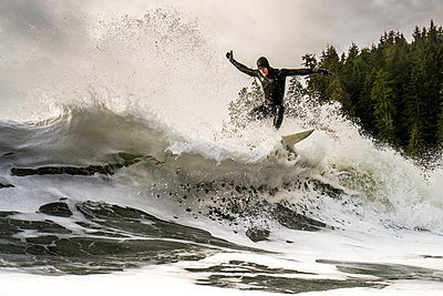 Surfer making hard cut on day of good swell - p343m1475632 by Cavan Images