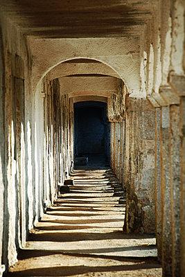 Säulengang - p415m1460828 von Tanja Luther