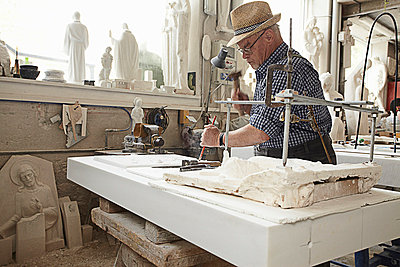 Worker chiseling slab of stone - p429m747200f by Stefano Gilera