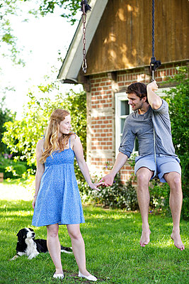 Verliebtes Paar mit Hund - p606m933924 von Iris Friedrich