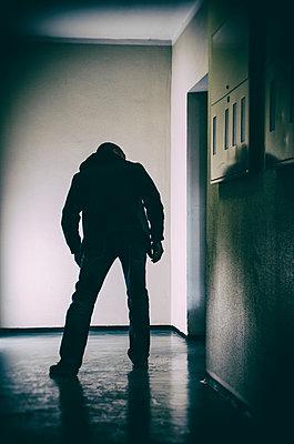 Mann schleicht durch Flur - p794m1035077 von Mohamad Itani