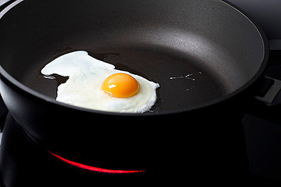 Fried egg - p959m700760 by Appold