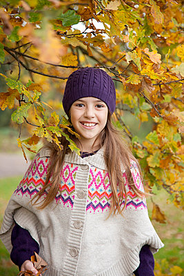 Girl in autumn - p981m754564 by Franke + Mans