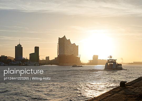 Elbphilharmonie mit Hafenfähre - p1124m1223265 von Willing-Holtz