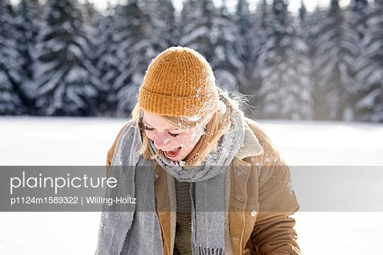 Junges Paar macht eine Schneeballschlacht - p1124m1589322 von Willing-Holtz