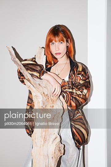Redheade woman resting arms on tree trunk - p930m2064061 by Ignatio Bravo