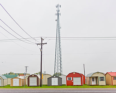 Row of small bungalows in a rural area of ​​Texas - p1542m2209887 by Roger Grasas