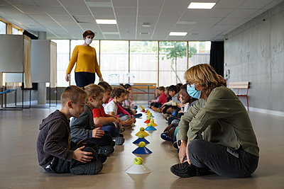 A class of children at the gym - p1610m2215923 by myriam tirler