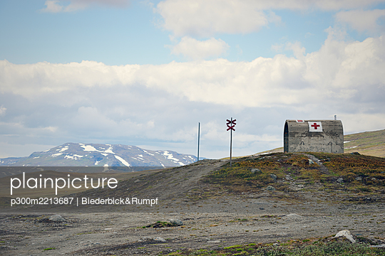 Sweden, Gaeddede, Mountain shelter at Vildmarksvaegen at Stekenjokk plateau - p300m2213687 by Biederbick&Rumpf