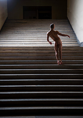 Rear view of naked man on stairs - p1139m1502573 by Julien Benhamou