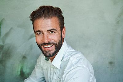 Portrait of happy businessman wearing white shirt - p300m2167455 by Philipp Nemenz