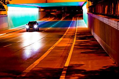 Auto in Unterführung - p979m1081229 von Martin Kosa