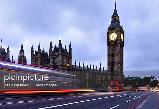 Time lapse view of bus passing Houses of Parliament, London, United Kingdom,London, London, United Kingdom - p1100m2084155 by Mint Images