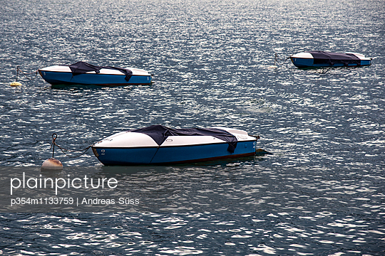 Boats are anchored on Lake Tegernsee - p354m1133759 by Andreas Süss