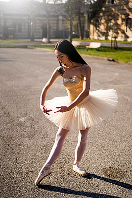 Italy, Verona, Ballerina dancing in the city - p300m2103626 by Giorgio Fochesato