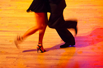 Dancing couple - p427m972733 by R. Mohr