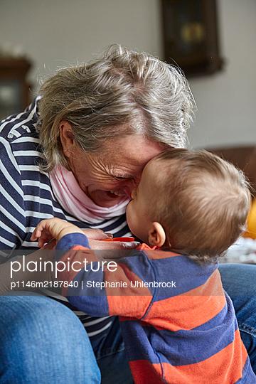 Grandmother and grandson, portrait - p1146m2187840 by Stephanie Uhlenbrock