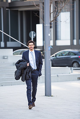Businessman walking in city - p1026m1139960 by Patrick Frost