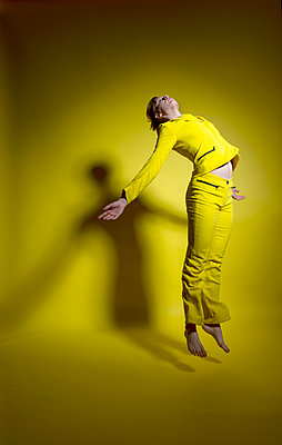 Woman in yellow outfit - p427m2109239 by Ralf Mohr