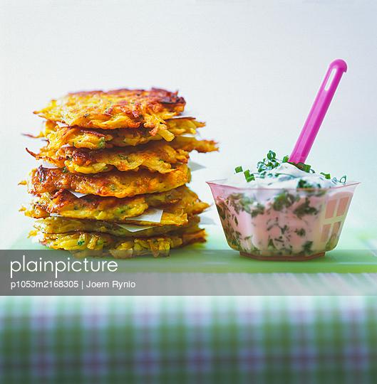 Potato pancakes with herb curd - p1053m2168305 by Joern Rynio