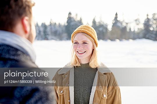 Junges Paar in einer Winterlandschaft - p1124m1589339 von Willing-Holtz