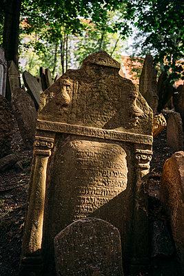 Czechia, Prague, tombstones on the old Jewish Graveyard - p300m2028823 von Gemma Ferrando