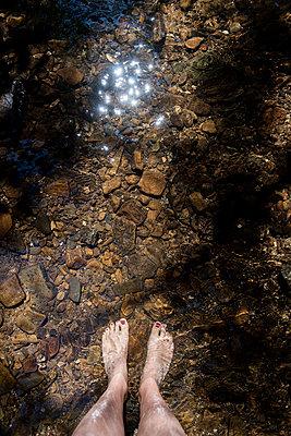 Barfuß im Wasser - p949m1200298 von Frauke Schumann