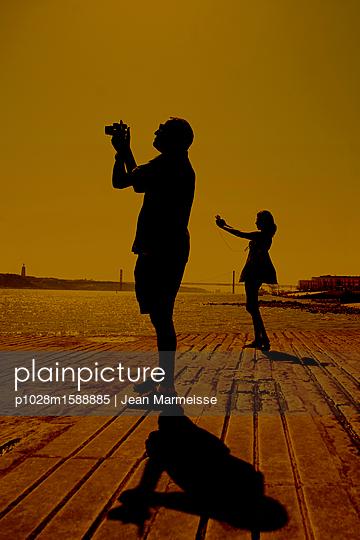 Taking pictures, Cais das Colunas, Tagus River, Lisbon, Portugal - p1028m1588885 von Jean Marmeisse