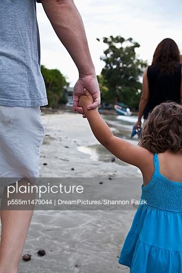 Father and daughter holding hands on beach - p555m1479044 by DreamPictures/Shannon Faulk