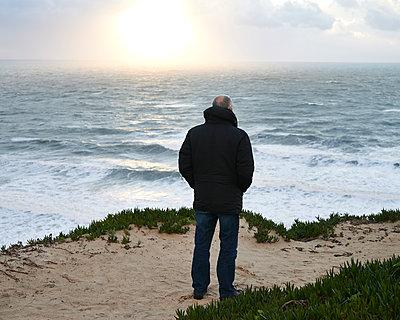 Älterer Mann blickt auf Meer - p1124m1123256 von Willing-Holtz
