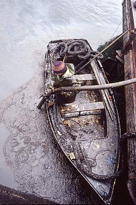 Öl aus dem Wasser saugen - p1220207 von Oliver Llaneza
