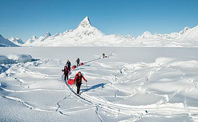 Greenland, Schweizerland Alps, Kulusuk, Tasiilaq, ski tourers - p300m1587323 von Alun Richardson
