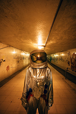 Spaceman in the city at night standing in underpass - p300m2043144 by Vasily Pindyurin
