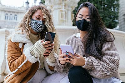 2 young women checking phone, Sevilla, Spain - p300m2253020 von Julio Rodriguez