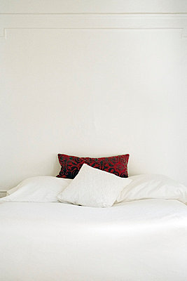 Hotelbett - p950m660996 von aleksandar zaar