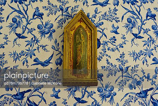 Virgin Mary with bluebirds - p378m795778 by Gabrielle McKone