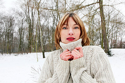 Schöne junge Frau im Schnee - p258m1200801 von Katarzyna Sonnewend