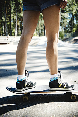 Young girl with skateboard - p970m1110783 by KATYA EVDOKIMOVA