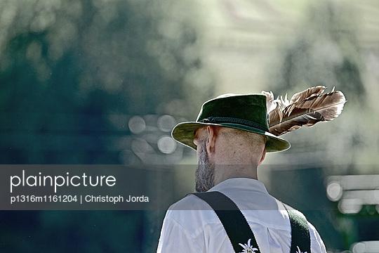 Mann in Tracht beim Viescheid, Allgäu, Bayern, Deutschland - p1316m1161204 von Christoph Jorda