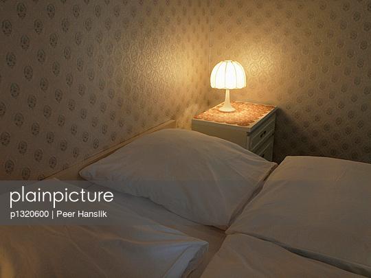 Hotelzimmer im 60er Jahre-Stil - p1320600 von Peer Hanslik