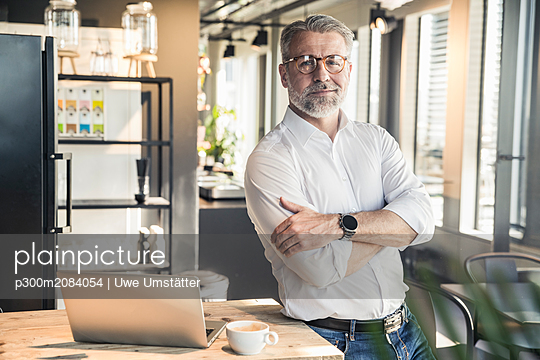 Portrait of confident mature businessman in office - p300m2084054 by Uwe Umstätter
