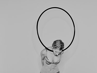 Woman exercising with a Hula Hoop  - p1012m1486600 by Frank Krems