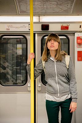 Junge Frau mit Rucksack steht im Eingang der U-Bahn II - p1212m1137013 von harry + lidy