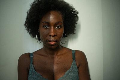 Porträt einer afrikanischen Frau - p1321m2207440 von Gordon Spooner